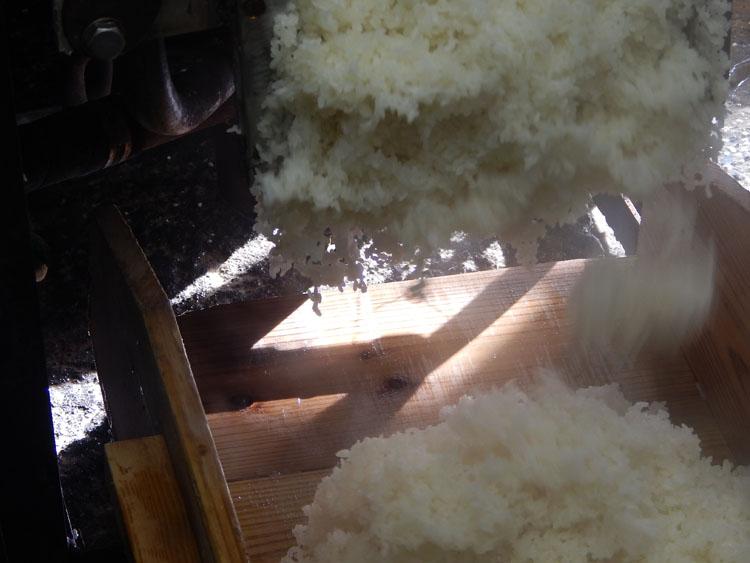 次のもち米が蒸しあがりました。