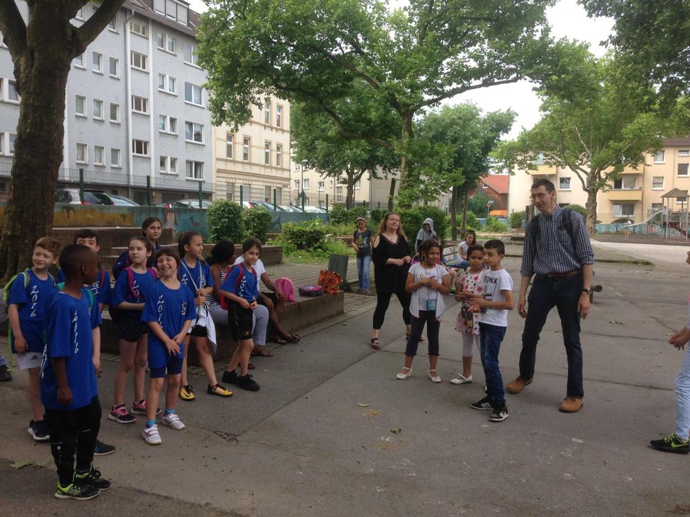Das Team wird von den Chorkindern und Hr. Bücker vor Aufbruch mit einem Lied verabschiedet!