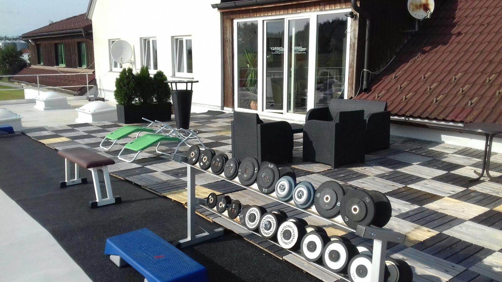 Die vergrösserte und neu gestaltete Terrasse bietet Trainingsmöglichkeit im Freien und auch eine Relaxzone zum entspannen.