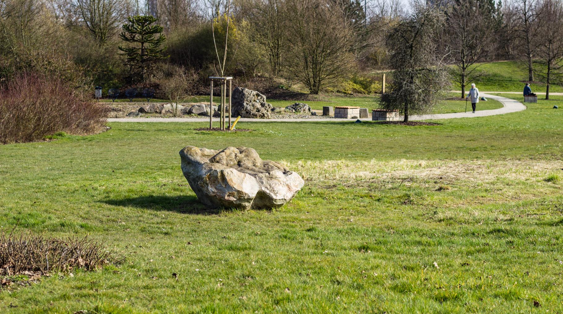 einer von vielen Steinen im Park