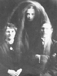 """I coniugi Gibson e lo """"spirito"""" del loro deceduto figlio (1919) scattata da William Hope"""