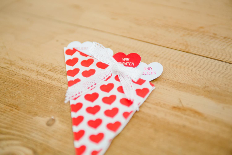 Hochzeitseinladung Herztüten
