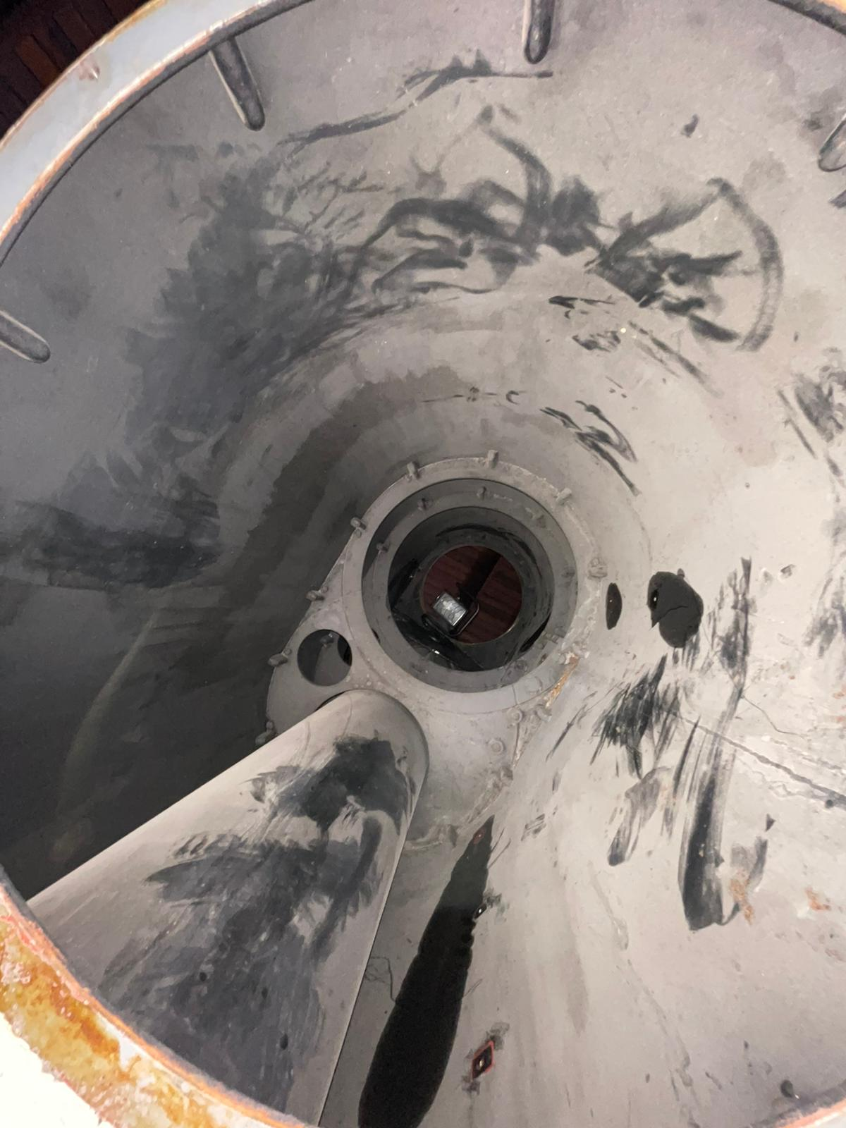 Innenansicht des Tubus, unten Schutzhülle des 20-cm-Zeiss-Linsenteleskops.