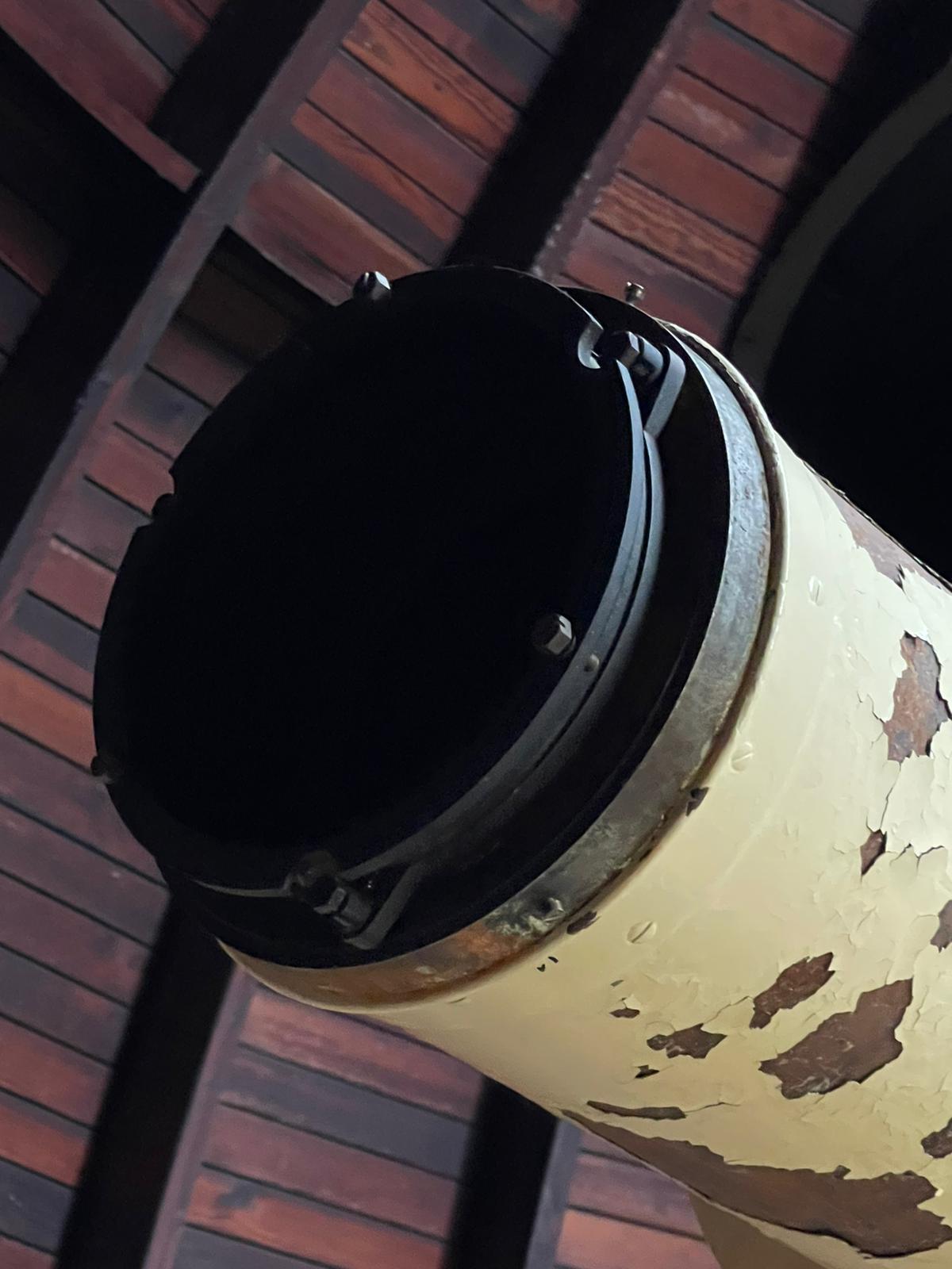 Tubus vorn zum Objekt - Fassungsaufnahme des 200 mm-Zeiss-Linsensystems.