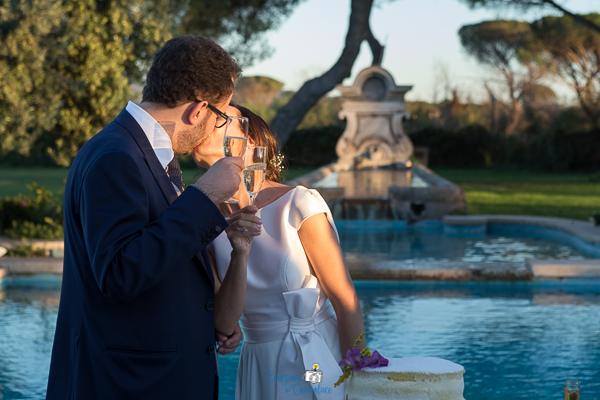 Il bacio dopo il taglio della torta, matrimonio sull'Appia Antica