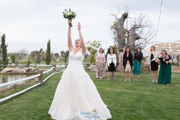 La sposa lancia il bouquet, matrimonio a Roma