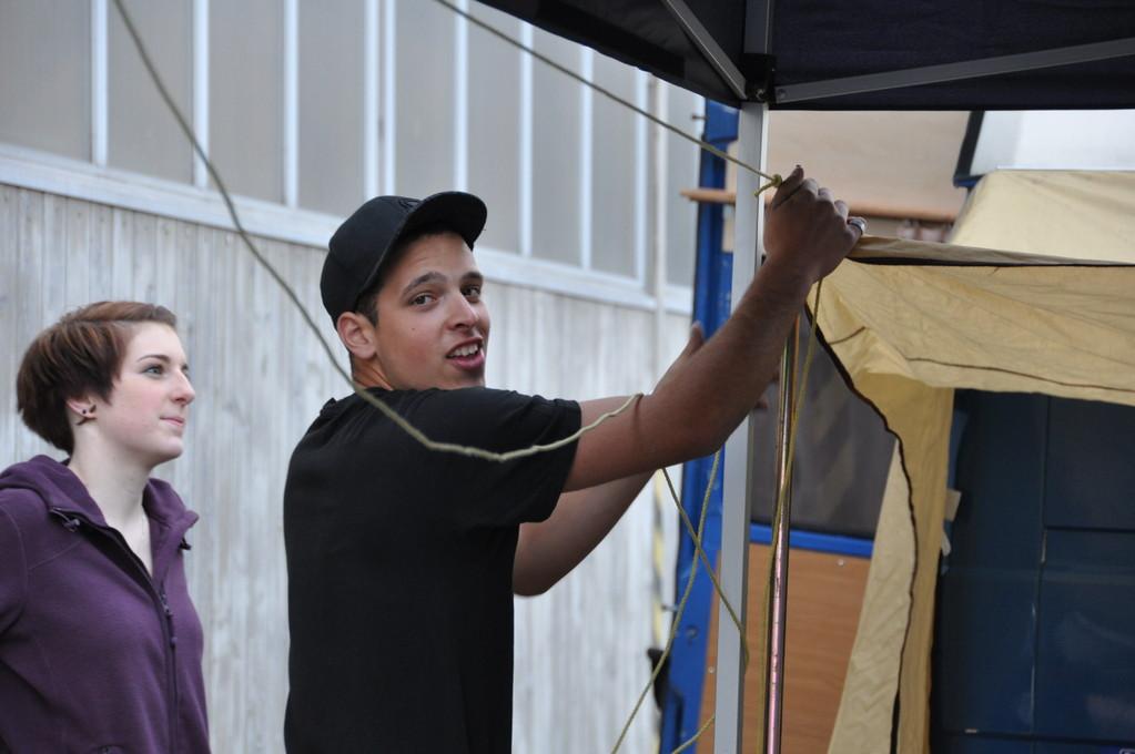 Marcel Maurer, wieder mal Probleme beim Zelt aufstellen