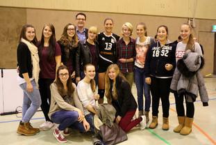 """Schülerinnen des Goethe-Gymnaisums folgten meiner Einladung und sahen sich mit mir ein Bundesligaspiel der """"Ladies in Black"""" an."""