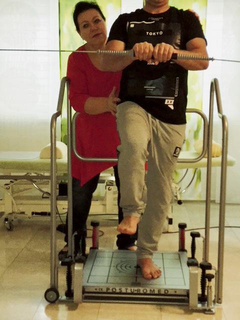 Physiotherapeutin Anna Bucher betreut in der Praxis im Oberdorf einen Patienten mit Koordinationsstörung an einem geeigneten Therapiegerät.