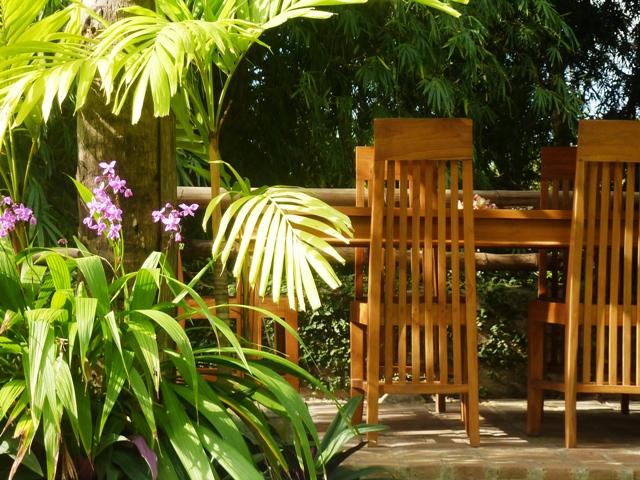 der Essplatz in der offenen Bambushuette