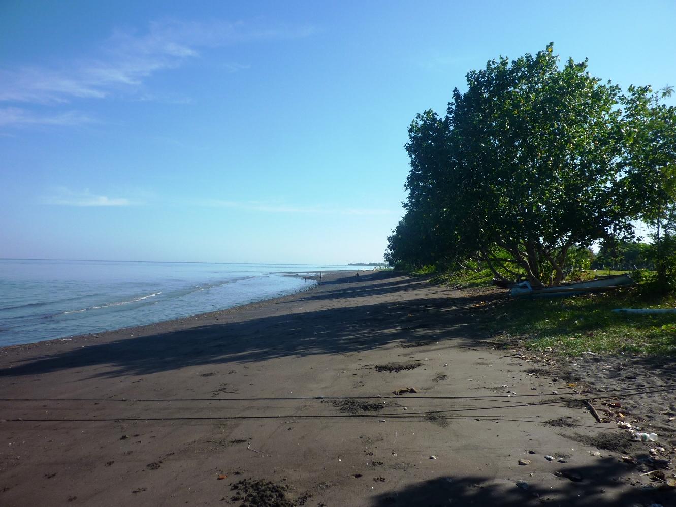 Der Strand direkt östlich vom Fischerdorf, 5 - 8 Minuten Fussweg von der Anlage.