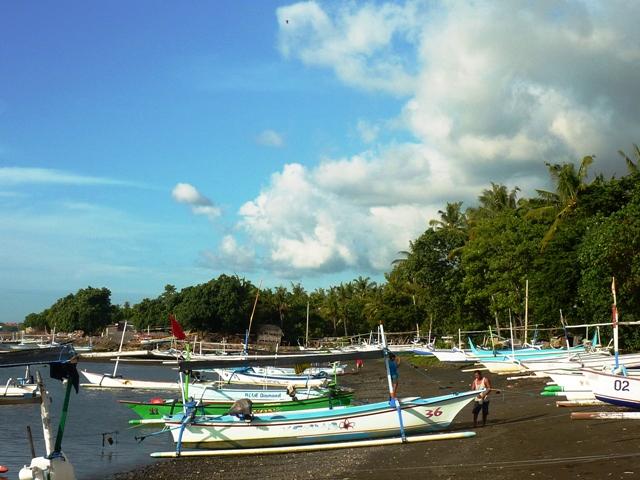 Strand von Banyualit mit Auslegerbooten. Direkt westlich vom Fischerdorf. 5 Minuten Fussweg.