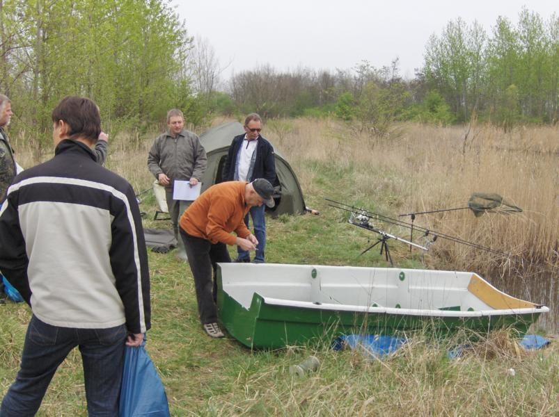 Während andere Angler schon ihr Glück am Wasser versuchen, baut Micha schon das Boot von Andre zur Gewässervermessung zusammen