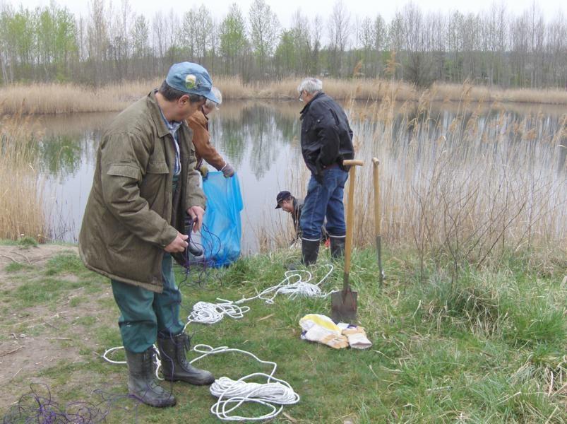 Gruppenmitglieder bei Vorbereitungsarbeiten zur Gewässervermessung