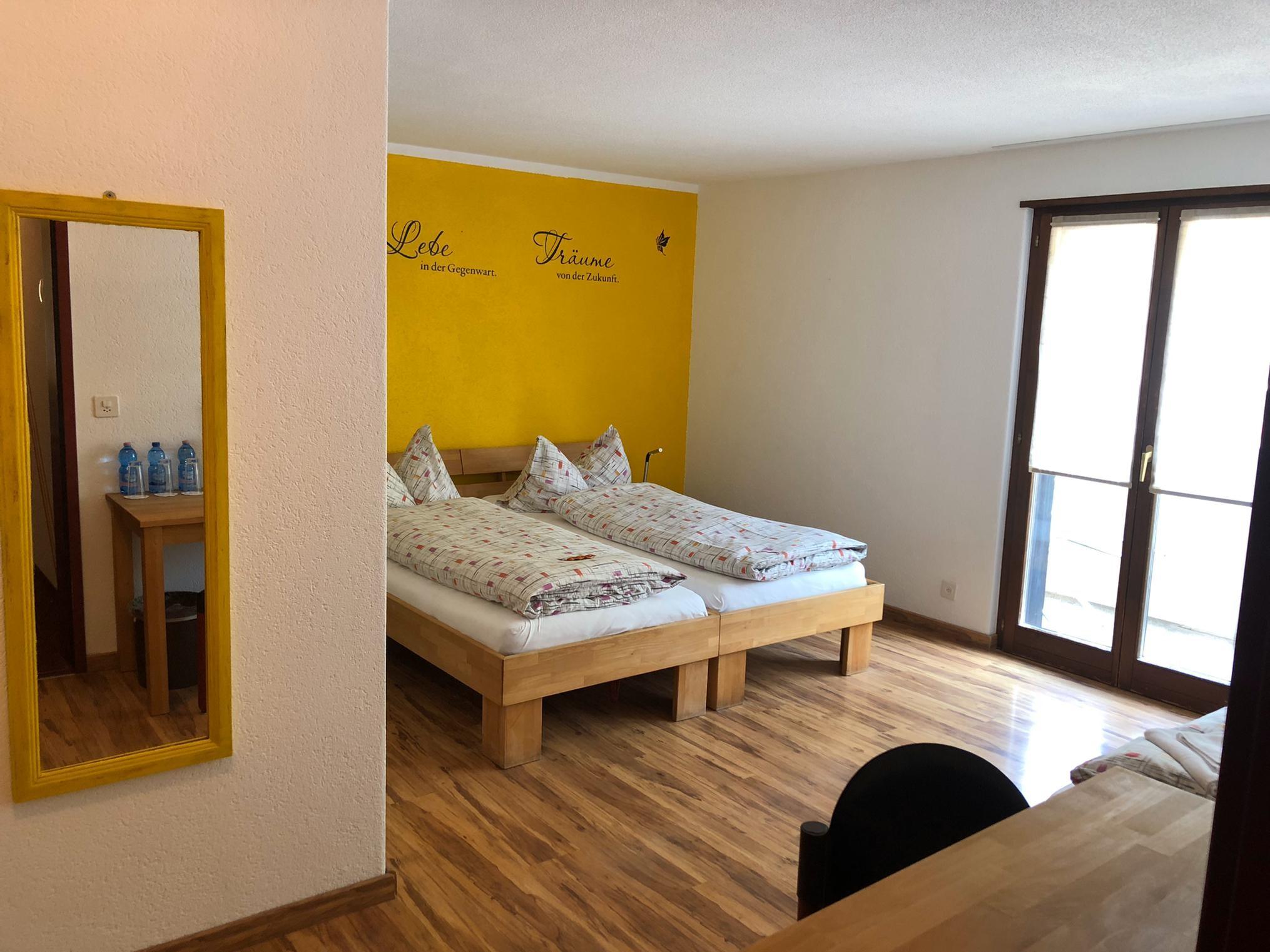 neu renoviertes dreibettzimmer