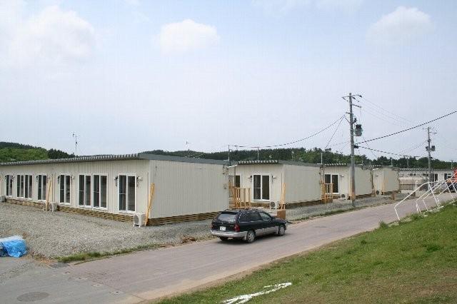避難施設のそばには仮設住宅が建設中でした。