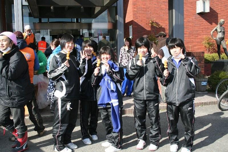 人的支援作業に従事していた地元の中学生。みんな明るかったです!