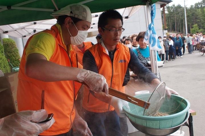 麺ゆで担当は高橋理事長です。