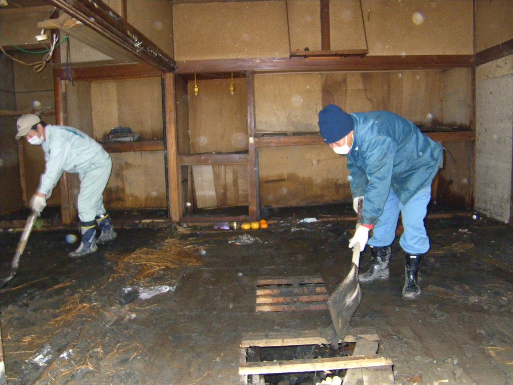民家の汚泥撤去作業