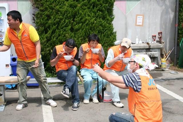 一段落のメンバーと一段落のメンバーを撮影するメンバー。