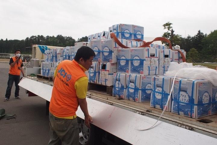 村山市からお預かりした飲料水を届けました。