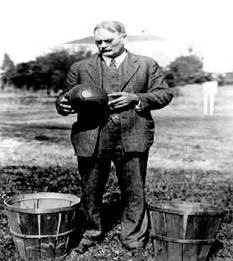 James Naismith avec les premiers paniers