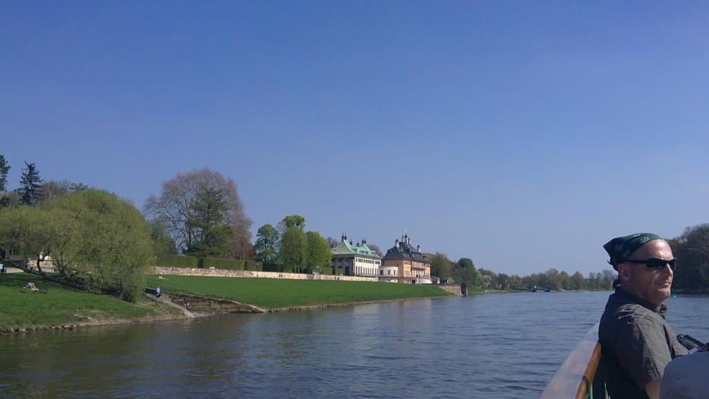 Im Hintergrund Schloss Pillnitz