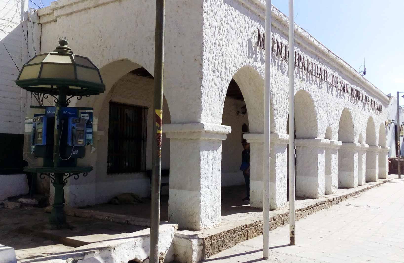 """Façade de la mairie et cabine téléphonique """"collector"""""""