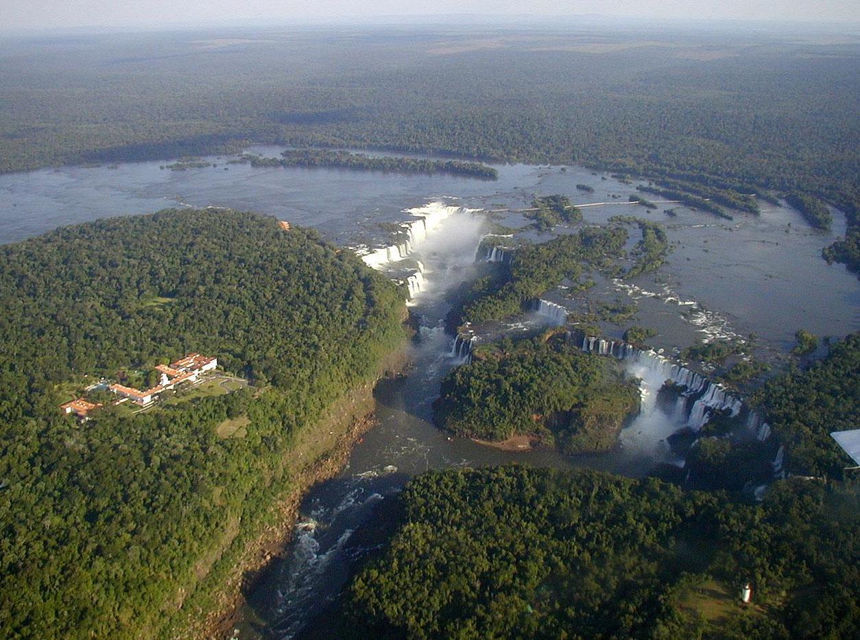 Vue aérienne des chutes d'Iguazu (photo Claudio Elias)