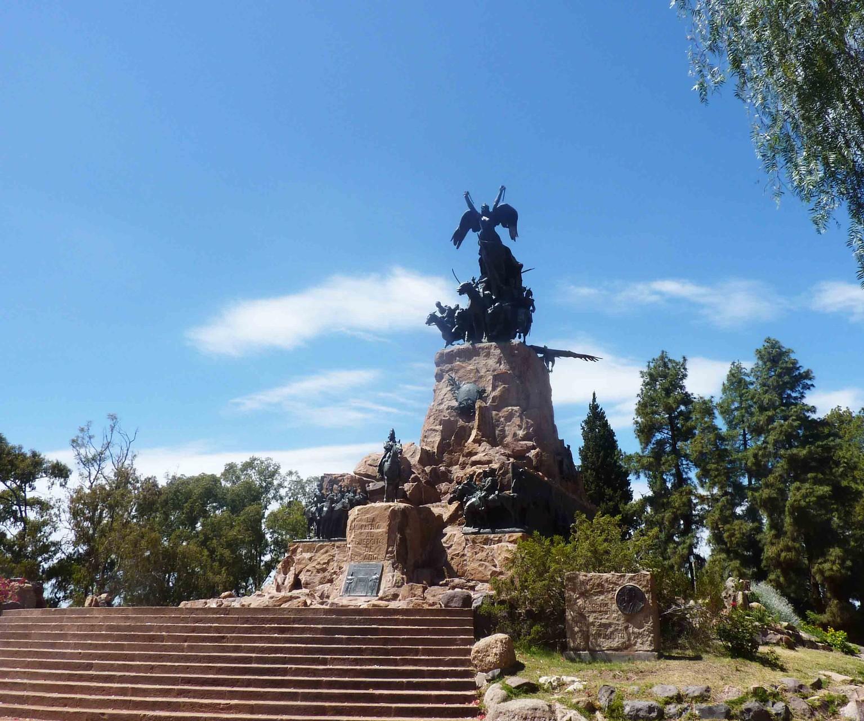 Le Cerro de la Gloria (14 tonnes de bronze) érigé en hommage à l'armée libératrice des Andes