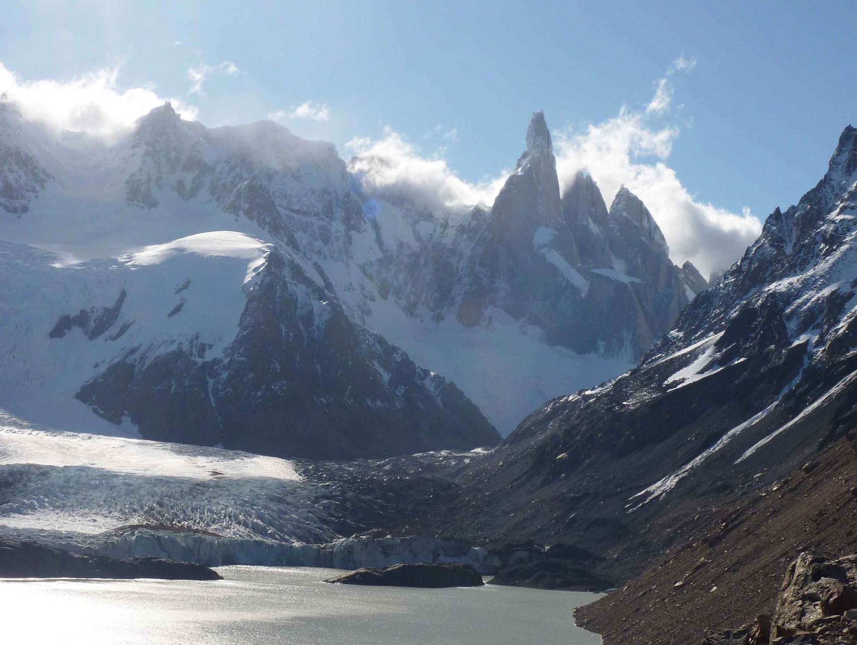 Le Cerro Torre (3133 m) vu depuis les rives de la laguna Torre