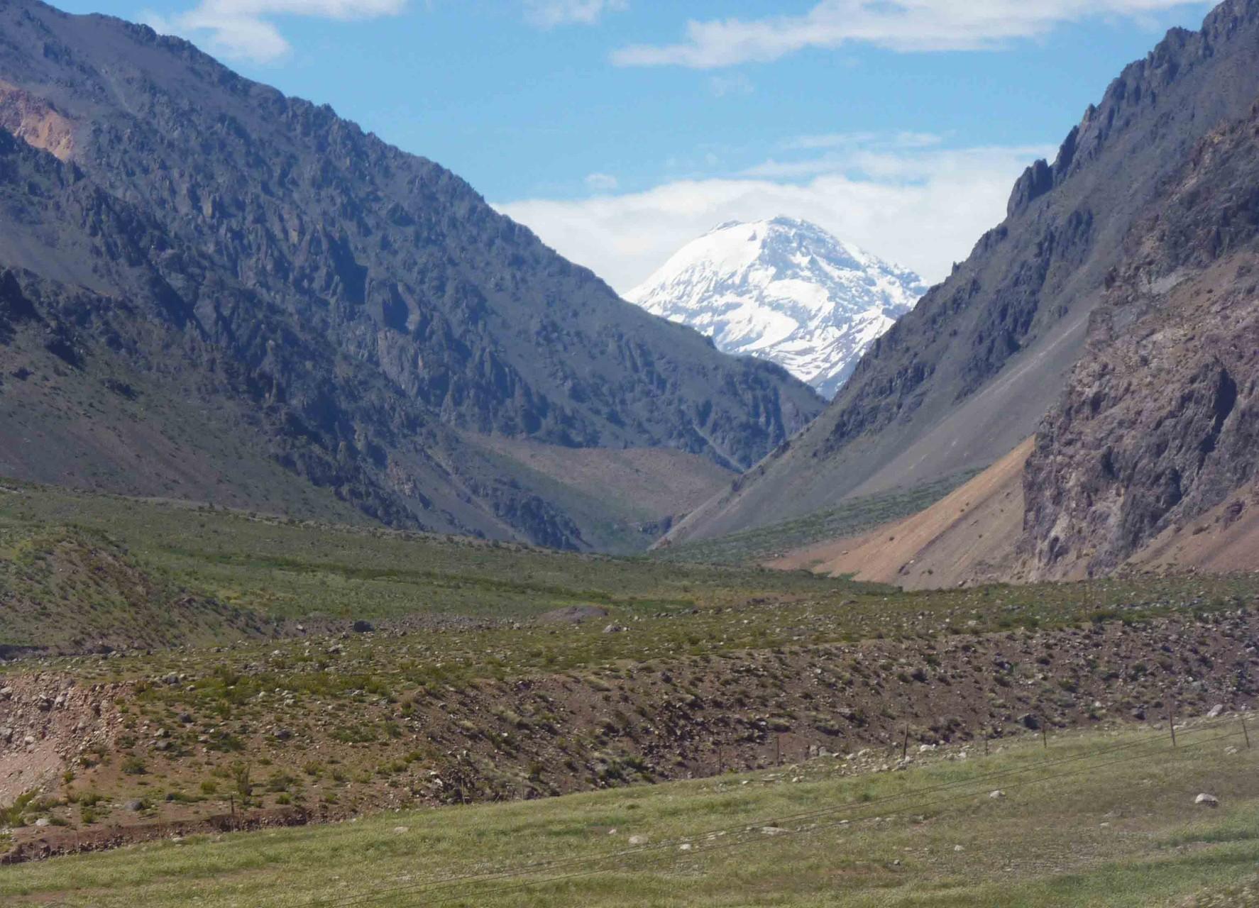 En fond de vallée du rio Aconcagua, le volcan Tupungato (6570 m)