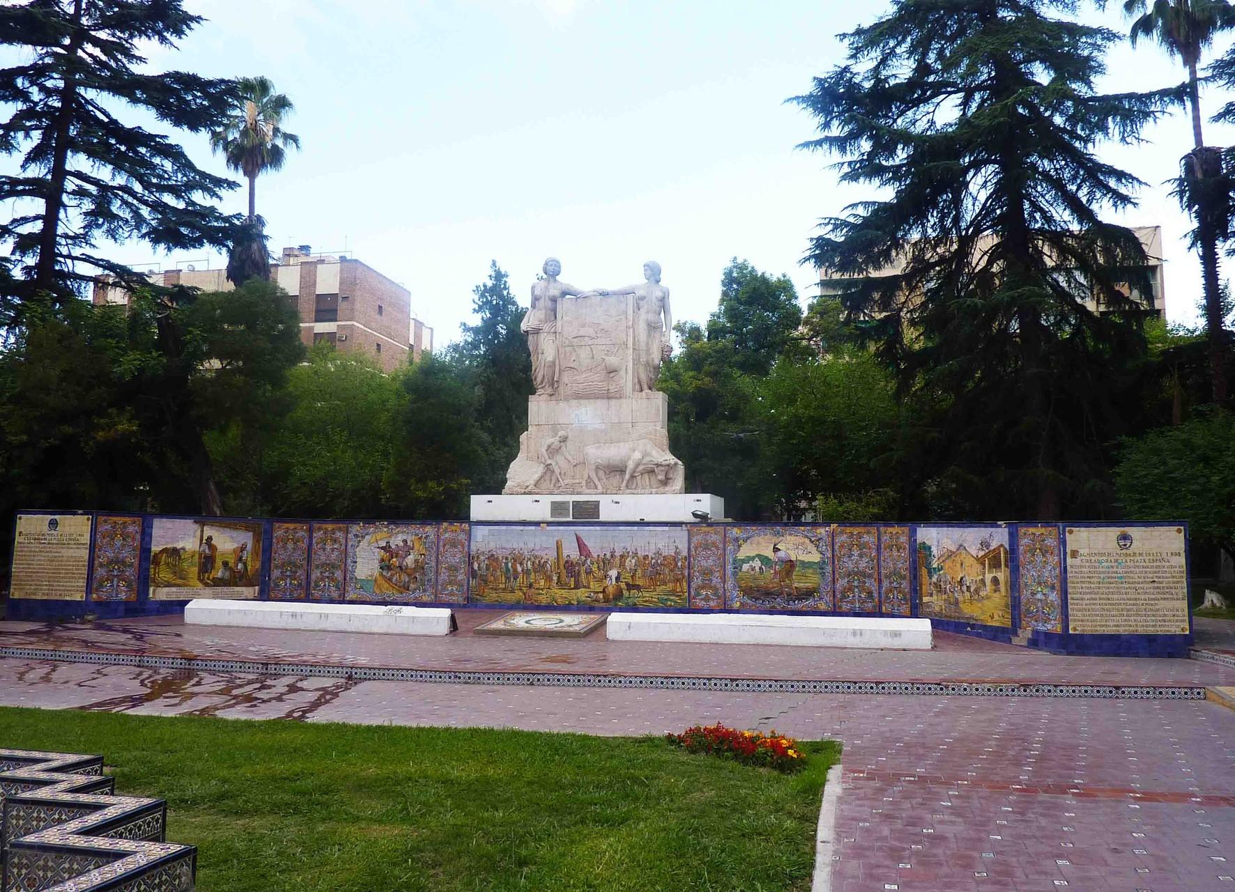 Un aspect de la magnifique place d'Espagne, don du gouvernement espagnol à la ville de Mendoza