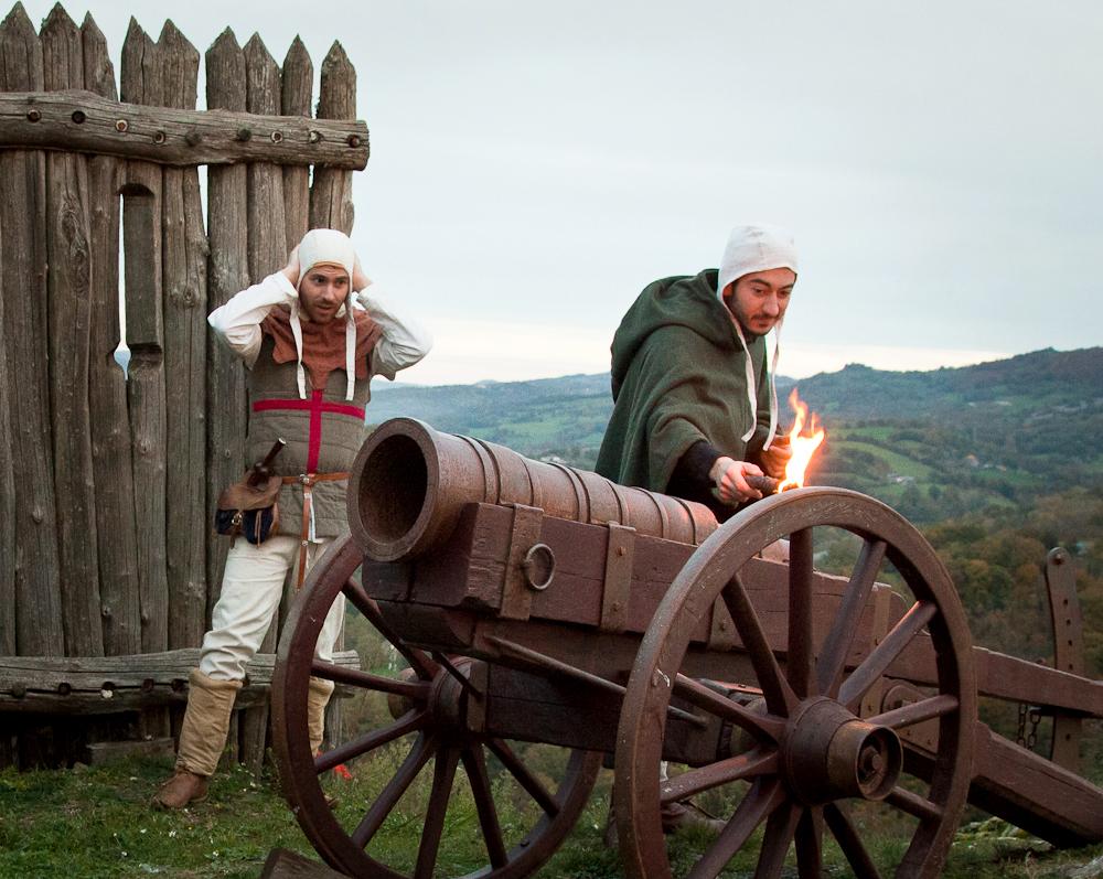 Utilisation d'un canon au château de Calmont d'Olt