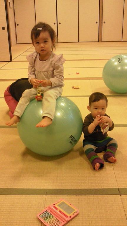 2011年 11月ボールレッスンにて。おーっ!りおちゃんボールに乗ってる!?いとこのしゅんちゃんと仲良しです。