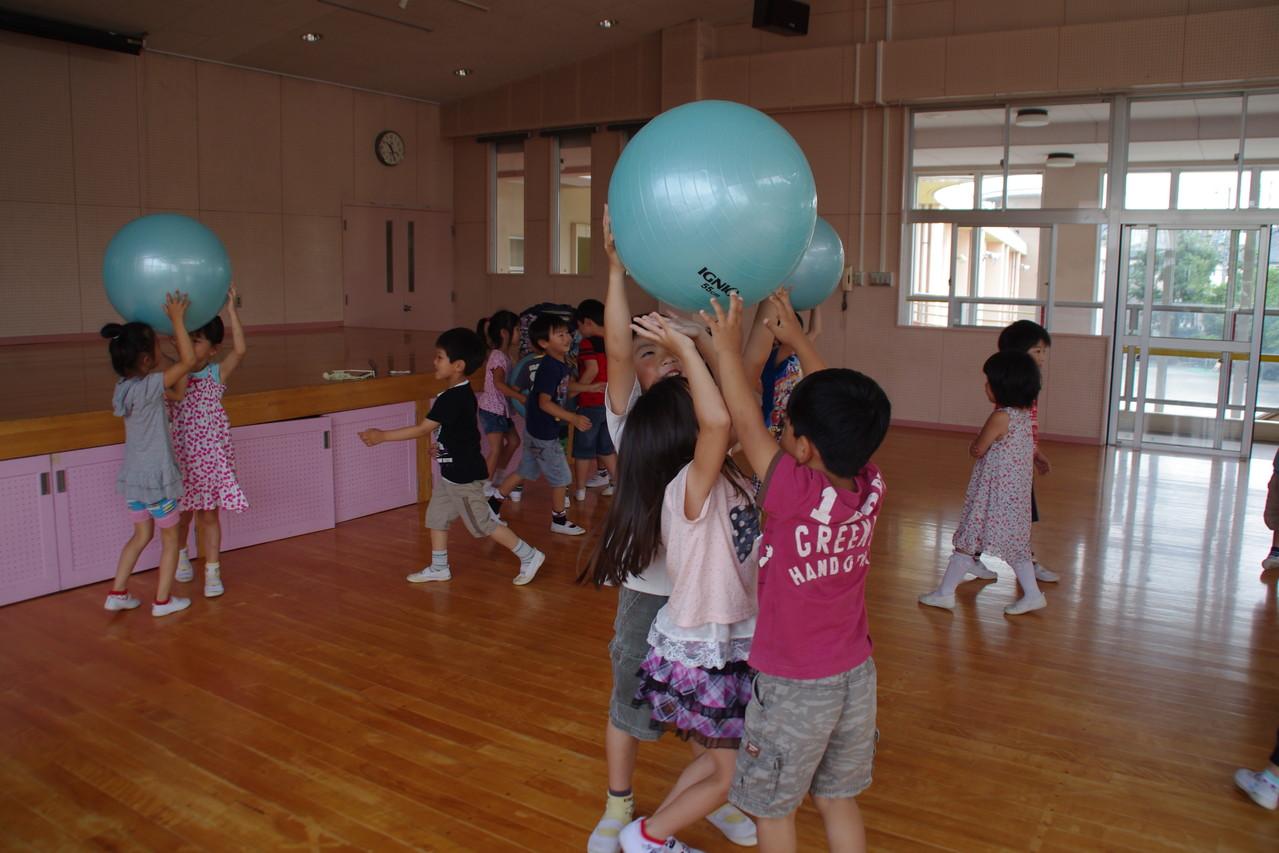 2012.06 息子の幼稚園のわくわくタイムでバランスボールを使ったクラスを紹介。