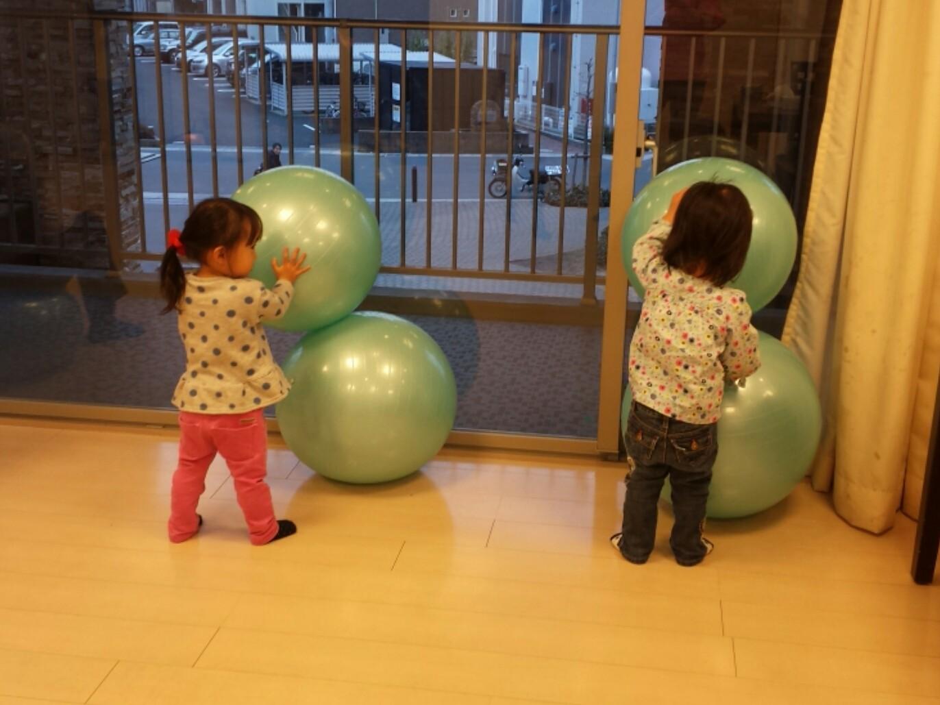 マンションの集会室に集まって、スタッフさんと最終リハーサル。終わったあと、子供たちが楽しそうに遊んでました。