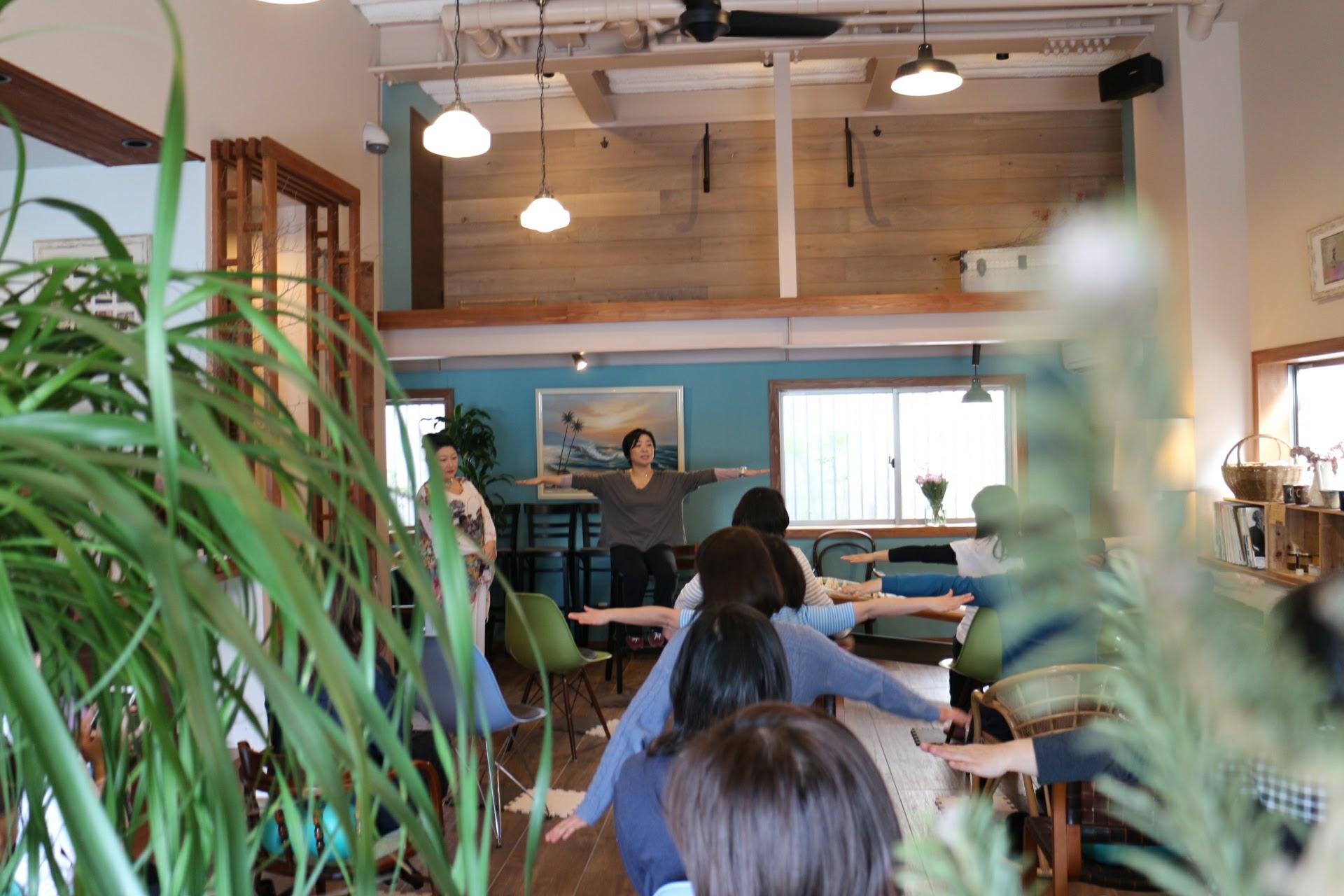 座ってピラティスクラスをカフェで開催