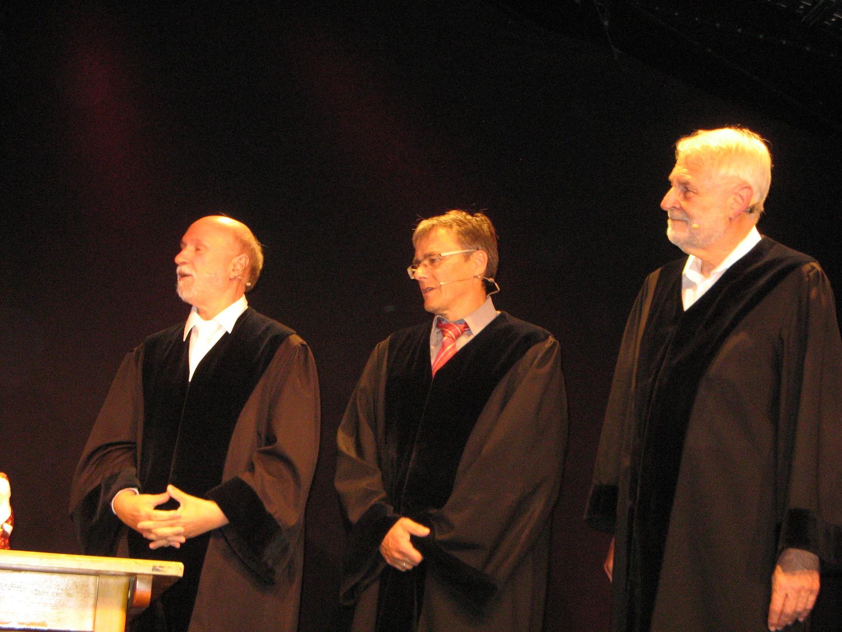 Lucas Heinrichs, Jochen Schaupp und Konrad Kramer belächeln eine Referendarin