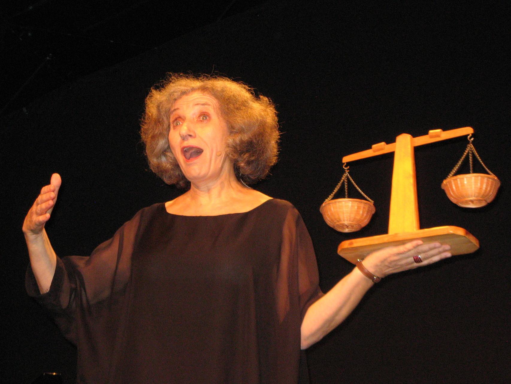 Annegret Pelka als Justitia