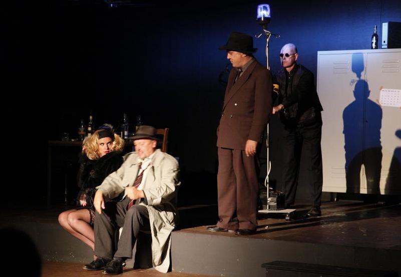 Der Schnüffler, die schöne Frau und der Cop (3)