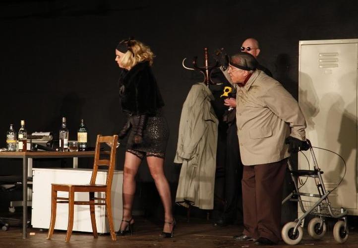 Der Schnüffler, die schöne Frau und der Geschäftsmann (3)