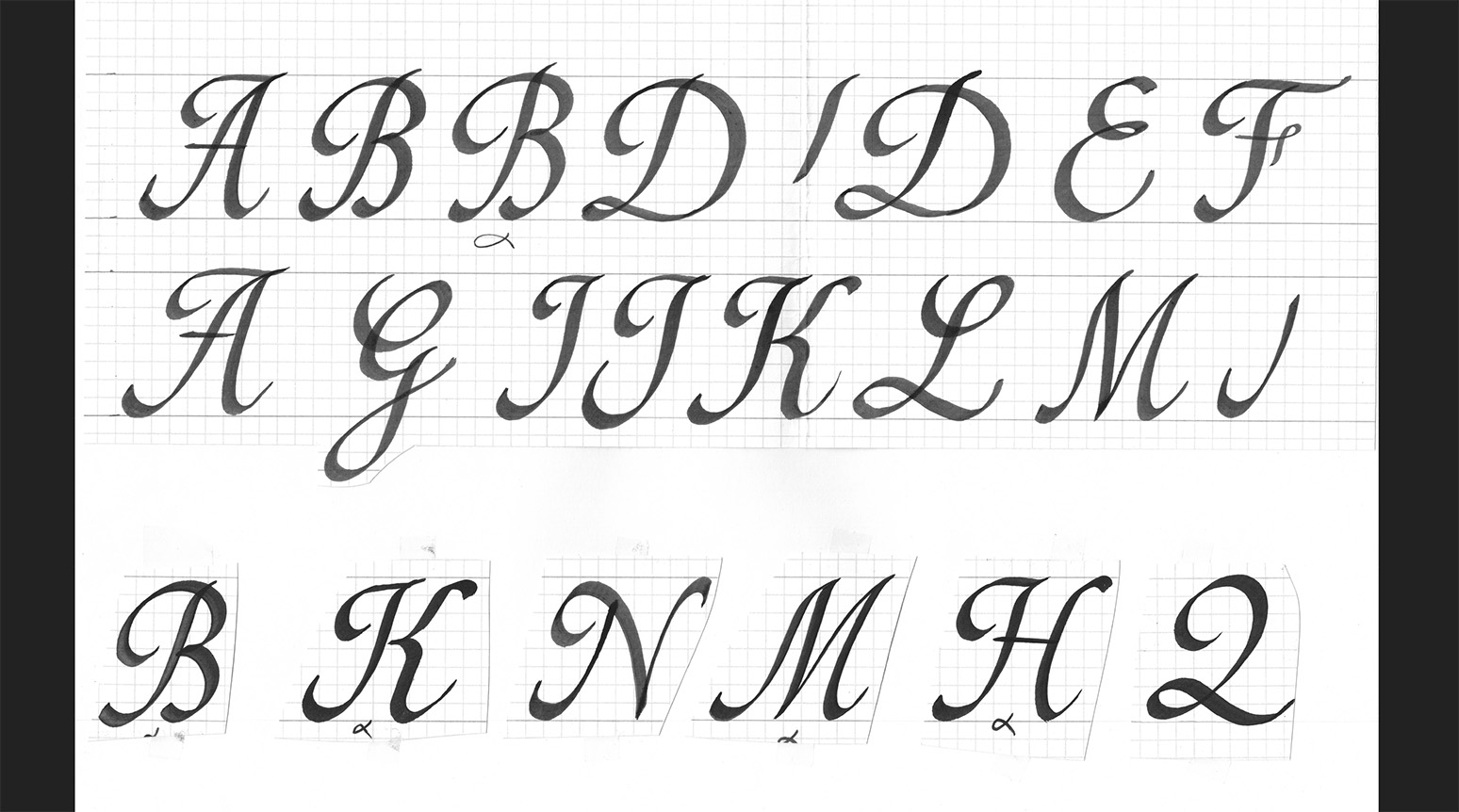 Création de la scripte Bonne Maman. Calligraphie de l'ensemble des signes : bas de casse, capitales, chiffres, ponctuations…