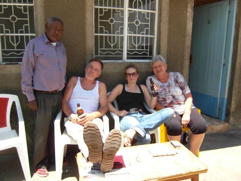 Das Kenia-Team mit Koordinator Samuel Gitau vor seinem Hotel