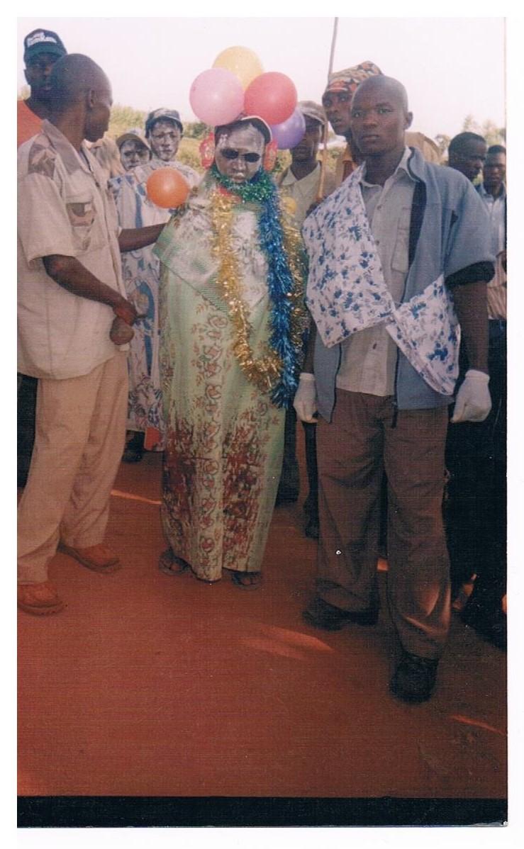 Nach FGM (das Gewand ist sichtbar vollgeblutet)