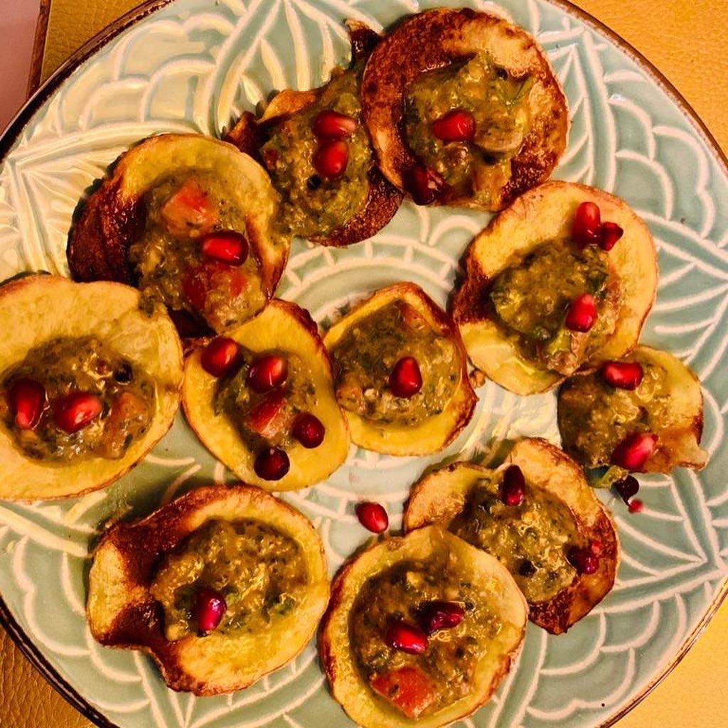 Knusprige Kartoffelscheiben mit Rucolapesto und Granatapfel