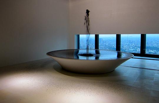 森美術館「アラブ・エクスプレス展」マハ・ムスタファ作品《ブラック・ファウンテン》