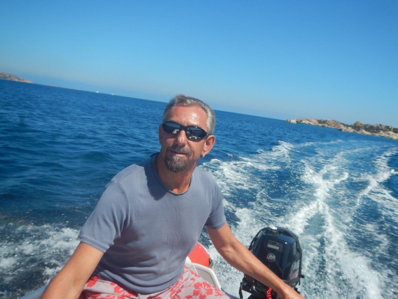 Ausflug mit dem neuen Dinghy an der Küste von Caprera  Segeltörn mitmachen