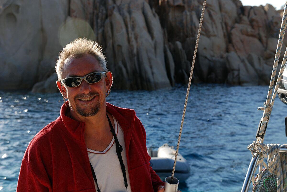 Skipper Jochen in der Einfahrt von Bonifacio auf Korsika