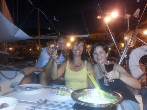 gemeinsam feiern an Bord einer Segelyacht. Mitsegeln im Mittelmeer buchen Sporturlaub